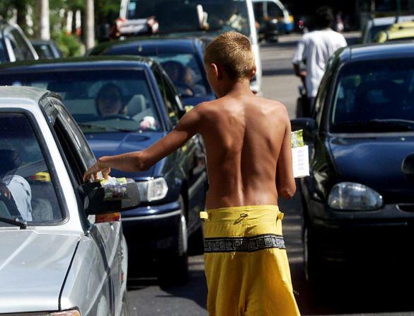 O trabalho infantil é aquele realizado por crianças com idade inferior à mínima permitida pela legislação em vigor. No Brasil, a Constituição Federal de 1988 permite o trabalho a partir dos 16 anos, exceto nos casos de trabalho noturno, perigoso ou insalubre, nos quais a idade mínima é de 18 anos. A Constituição admite, também, o trabalho a partir dos 14 anos, mas somente na condição de aprendiz.
