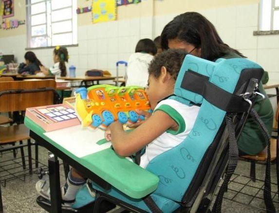 Escolas não podem cobrar valor adicional de aluno com deficiência