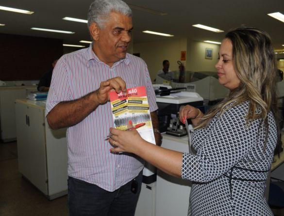 Carlos Augusto Melo (FESSERTO) em panfletagem na SEFAZ