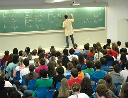 Professores no país têm baixo salário e sala cheia
