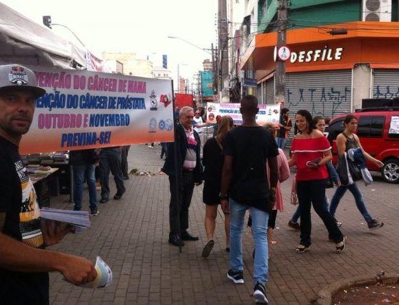 Força São Paulo faz panfletagem sobre prevenção do câncer de mama e de próstata
