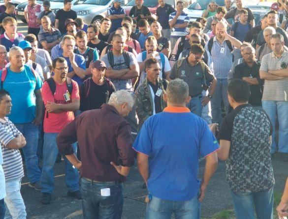 Presidente Macaé Marcos e diretores do Sintracomos, na assembleia desta terça-feira, na portaria da estatal