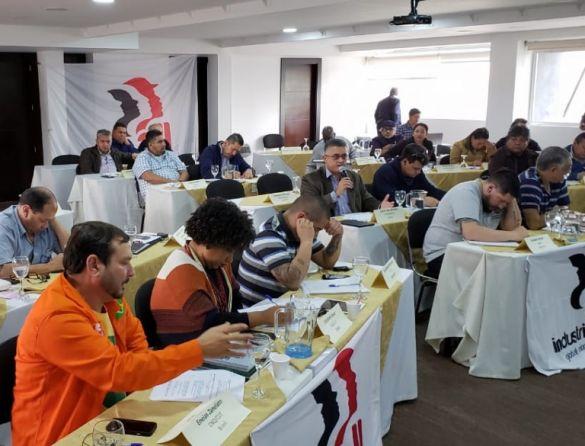 Edson Bicalho (ao microfone) na reunião da IndustriALL